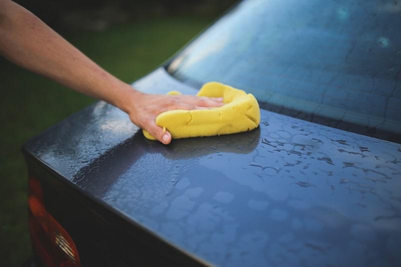 Миття автомобіля ганчіркою.