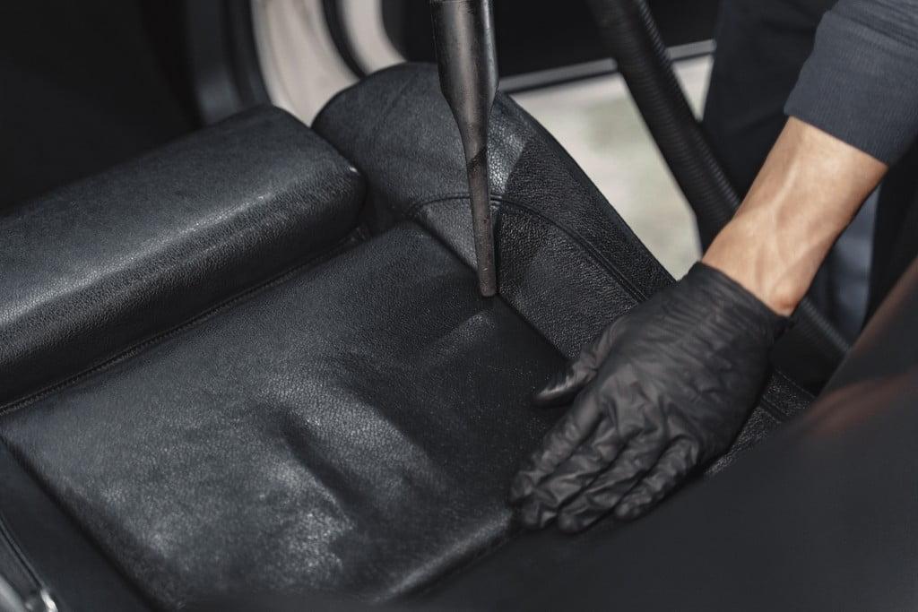 Чищення сидіння автомобіля.