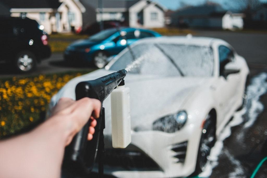 Догляд за автомобілем за допомогою миття.