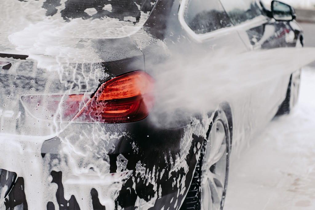 Миття автомобіля на мийці самообслуговування.