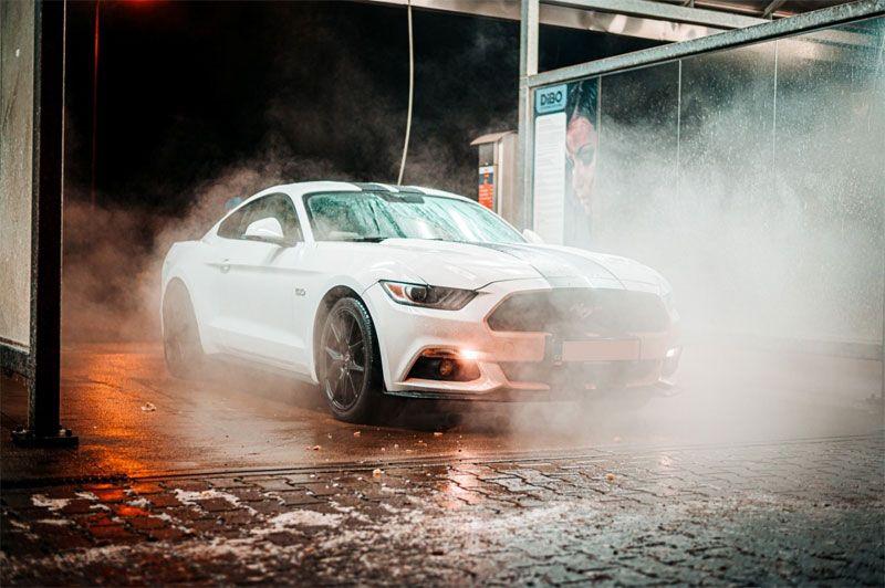 Миття автомобіля взимку на автомийці.